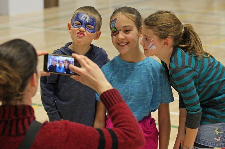 Enfants qui sourient Fête de la famille de la région de Coaticook