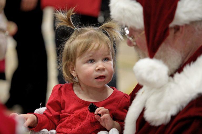 Pere Noel et enfant_Fête de la famille de la région de Coaticook